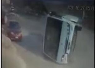 مشهد مروع.. انقلاب حافلة مدرسية في مصر - المواطن