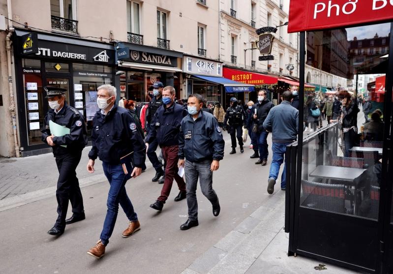 ماكرون يعلن حظر تجول ليلي في باريس ومدن أخرى
