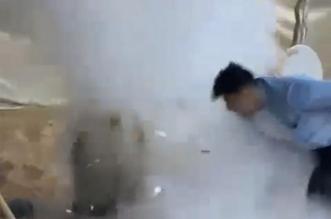 شاهد.. لحظة انفجار برميل مندي في وجه شاب بالرياض - المواطن