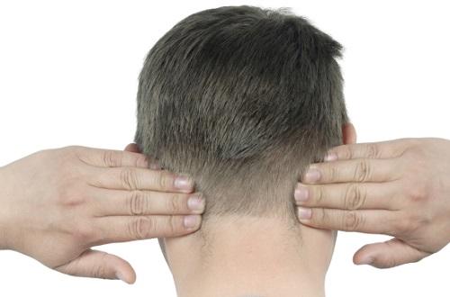 ما هي أسباب الألم خلف الأذن اليمنى