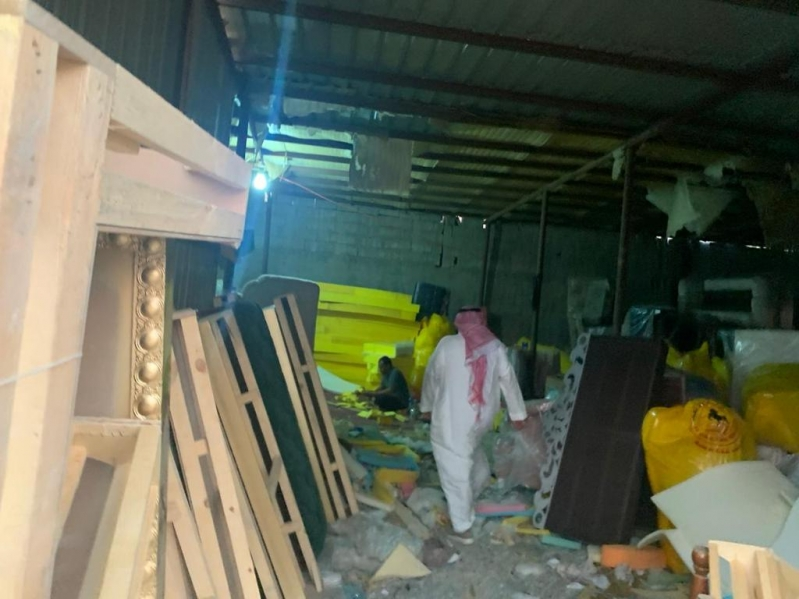 ضبط وإغلاق 3 أحواش مخالفة لإعادة تدوير الإسفنج في جدة