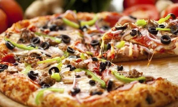 تعرّف على أسباب زيادة الوزن مع تناول البيتزا