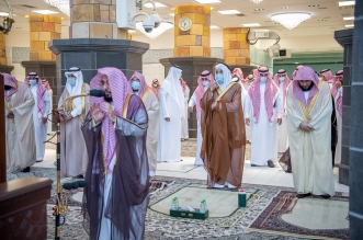 الفيصل يتقدّم المصلين في صلاة الاستسقاء بالمسجد الحرام