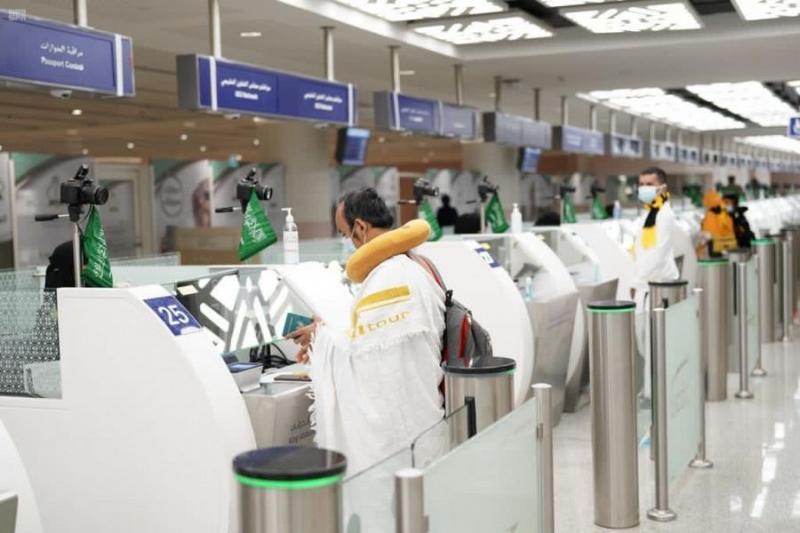 جوازات مطار الملك عبدالعزيز تنهي إجراءات دخول أولى طلائع المعتمرين - المواطن