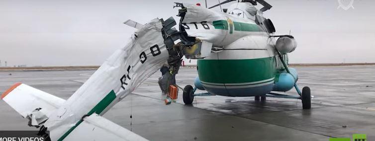 فيديو.. تحطم ذيل مروحية ارتطمت بعامود إنارة في المطار