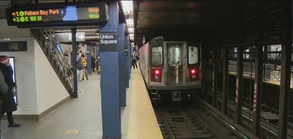 لحظة مرعبة.. رجل يدفع امرأة غريبة عنه تحت عجلات مترو الأنفاق !