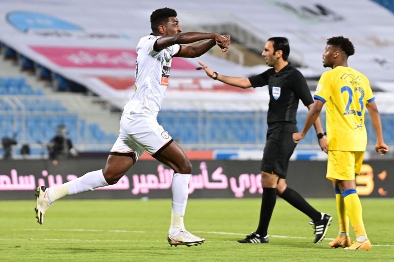 حكم مباراة النصر والشباب في مرمى الانتقادات