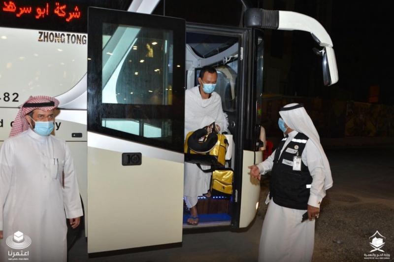 معتمرو إندونيسيا يصلون إلى الفندق للخضوع للعزل الصحي قبل آداء العمرة 1
