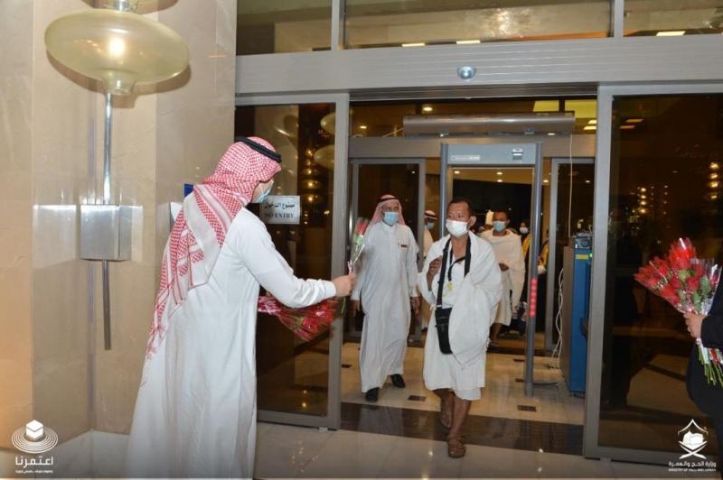 معتمرو إندونيسيا يصلون إلى الفندق للخضوع للعزل الصحي قبل آداء العمرة 3