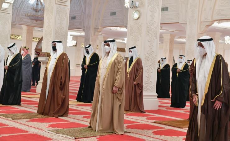 ملك البحرين يؤدي صلاة الميت على الأمير خليفة بن سلمان