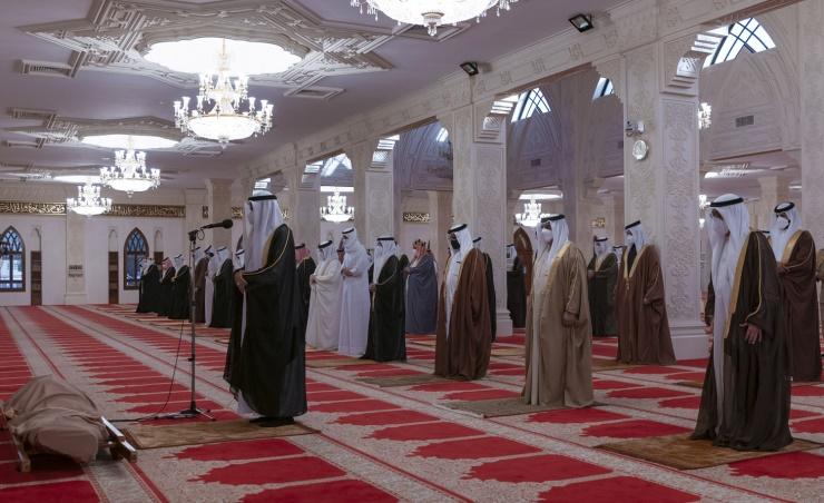 ملك البحرين يؤدي صلاة الميت على الأمير خليفة بن سلمان 3