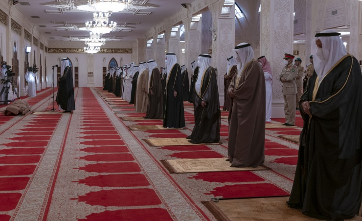 ملك البحرين يؤدي صلاة الميت على الأمير خليفة بن سلمان 4