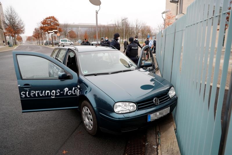 هجوم بسيارة مكتوب عليها لعنة قتلة الأطفال يستهدف مكتب ميركل