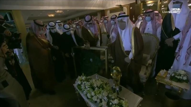 وزير الرياضة يُهدي أمير الرياض قميص الأخضر