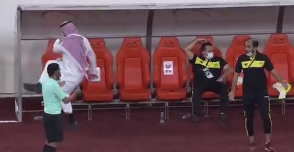 فيديو .. حامد البلوي ينفعل ويخطف الأضواء بـ مباراة الاتحاد والقادسية