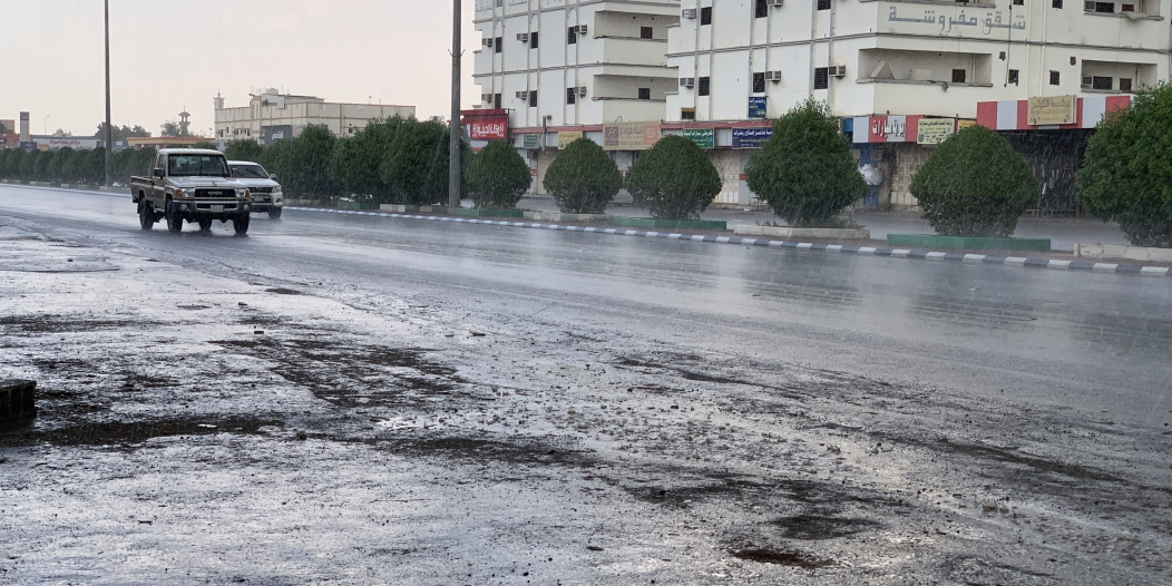 فيديو وصور.. أمطار غزيرة على محايل والمدني يحذر