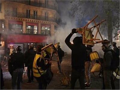 فيديو.. حرب شوارع بين الشرطة والمحتجين بساحة الباستيل وسط باريس