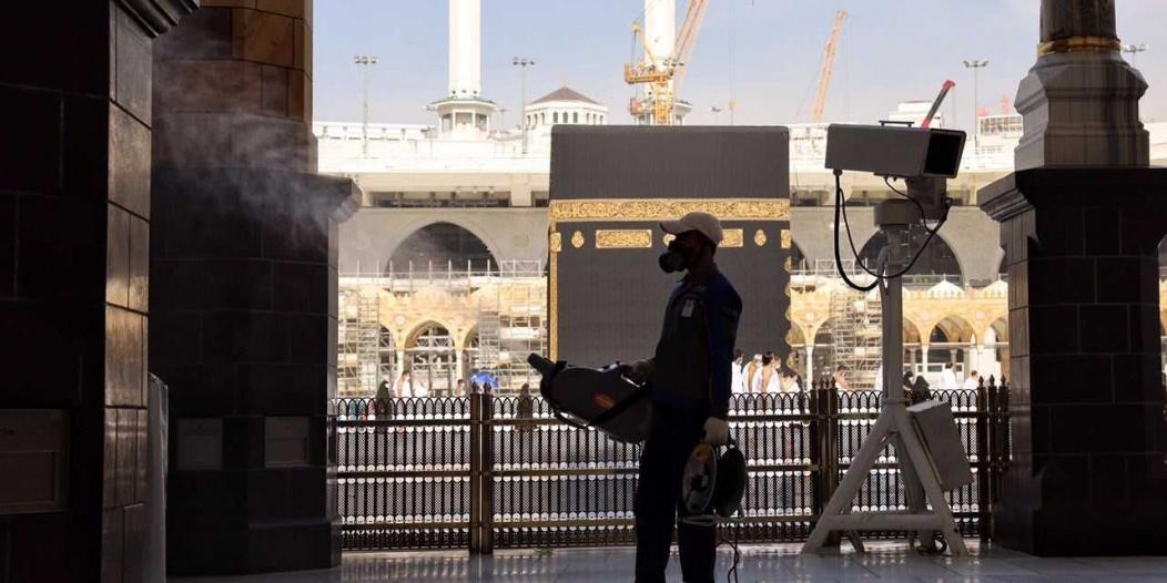 25 فرقة مختصة بأعمال الرش بالمسجد الحرام على مدار الساعة