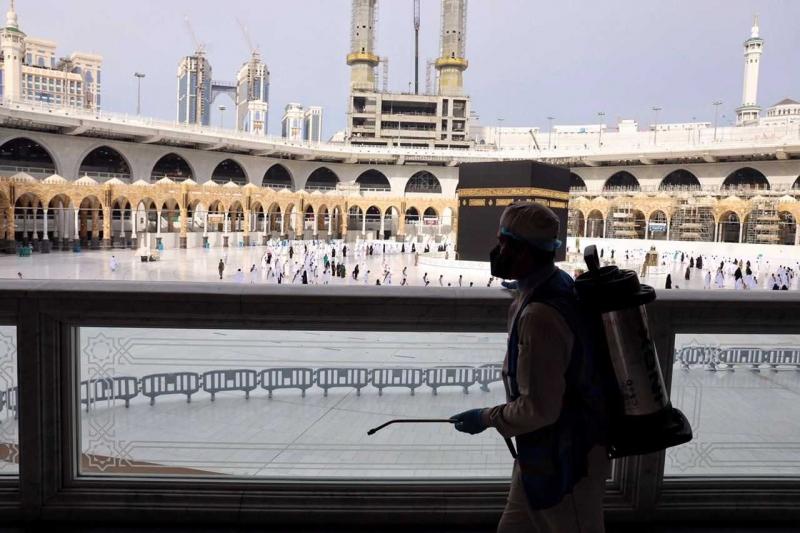 25 فرقة مختصة بأعمال الرش بالمسجد الحرام على مدار الساعة 4