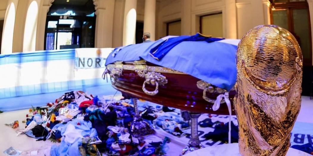 شاهد .. الأرجنتينيون يُلقون نظرة الوداع الأخيرة على جثمان Maradona