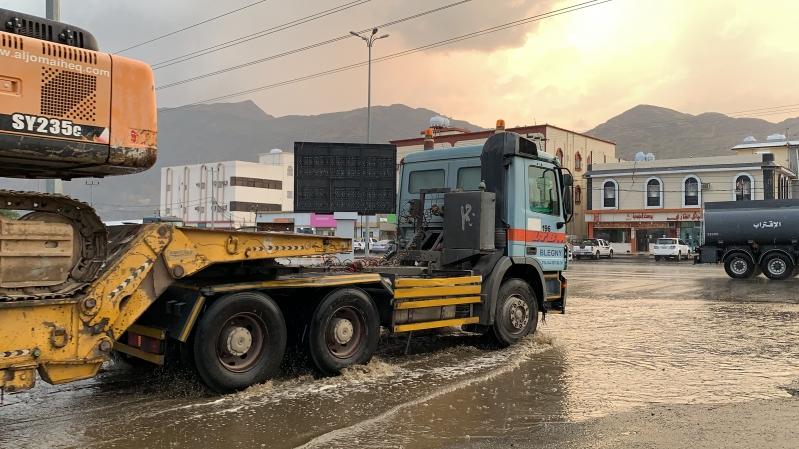 أمطار على محايل عسير والمدني: لا تجازفوا