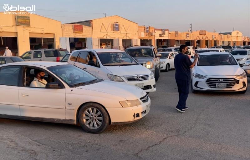 فيديو.. غاب المرور فنظم المواطنون حركة السير في حراج حفر الباطن