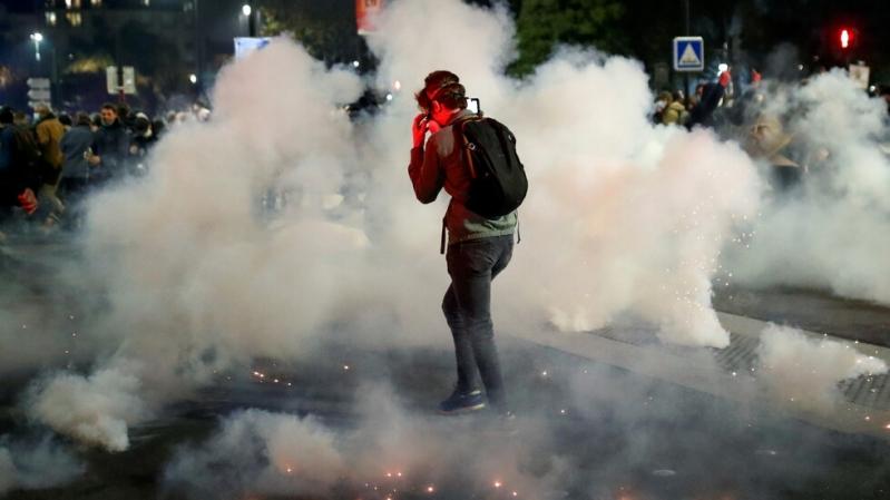 فيديو وصور.. حرائق ومواجهات في باريس احتجاجًا على قانون الأمن الشامل