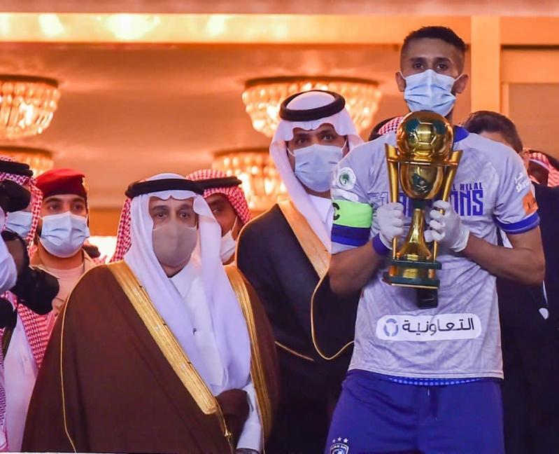 شاهد .. أمير الرياض يُتوج الهلال بـ كأس خادم الحرمين الشريفين