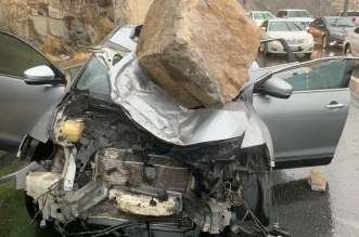 بالفيديو والصور.. سقوط صخرة على سيارة بـ عقبة الهدا - المواطن