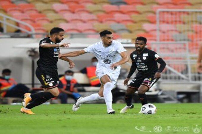 الشباب يتصدر الدوري السعودي مؤقتًا بتعادل مثير ضد الأهلي