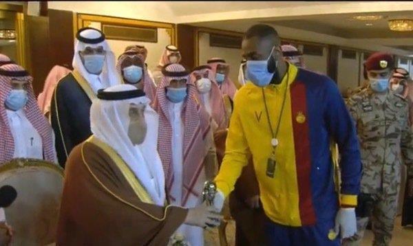 وليد عبدالله يصعد للمنصة