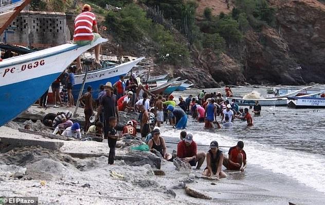 أمر لا يصدق.. مئات الجواهر الثمينة تنجرف على شاطئ قرية