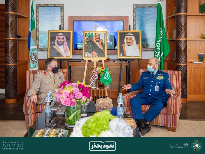 رئيس هيئة الأركان يلتقي نظيره البريطاني وقائد الأسطول الخامس في حوار المنامة