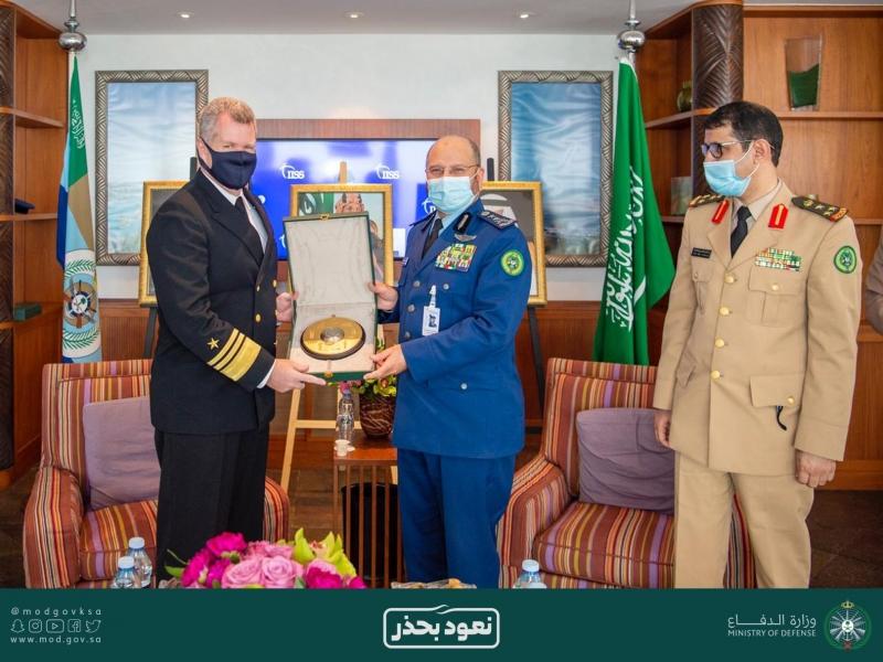 رئيس هيئة الأركان يلتقي نظيره البريطاني وقائد الأسطول الخامس في حوار المنامة 4