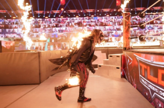فيديو صادم.. لاعب WWE يشعل النار في منافسه على الحلبة (3)