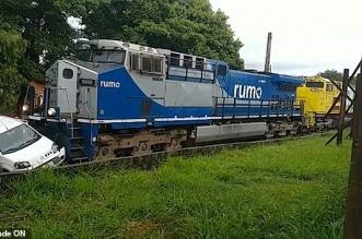 فيديو مدهش.. قطار يصطدم بسيارة وصاحبها يخرج منها سليمًا بأعجوبة