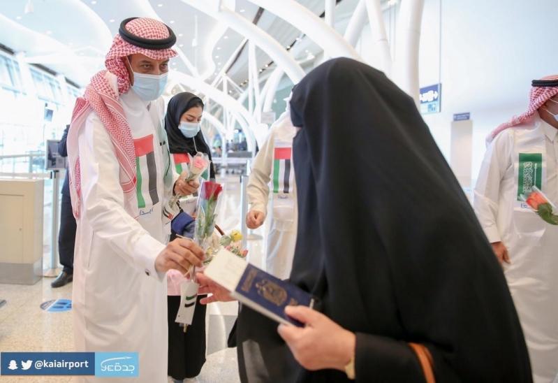 مطار الملك عبدالعزيز يحتفي باليوم الوطني الإماراتي بالهدايا والورود