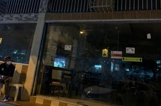 """تجاوباً مع """"المواطن"""".. بلدية خميس مشيط تغلق مطعماً يقدم وجبات ملوثة - المواطن"""