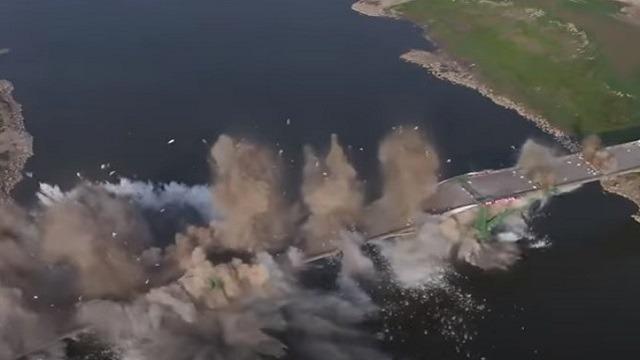 شاهد.. لحظة تفجير جسر لعبور السيارات في الصين