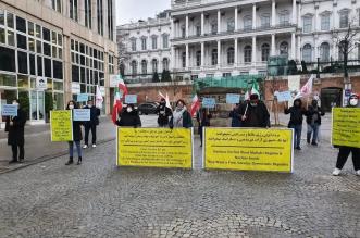 الإيرانيون يتظاهرون