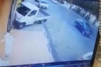 فيديو.. انحراف مركبة واصطدامها بشخصين أمام محل بالطائف - المواطن