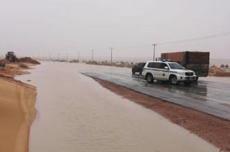 أمن الطرق يغلق طريق أم عشر بعد أمطار حفر الباطن