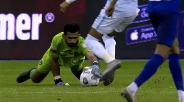 جدل دار بين حارس الهلال وسعدان بسبب خطف الكرة من يده !