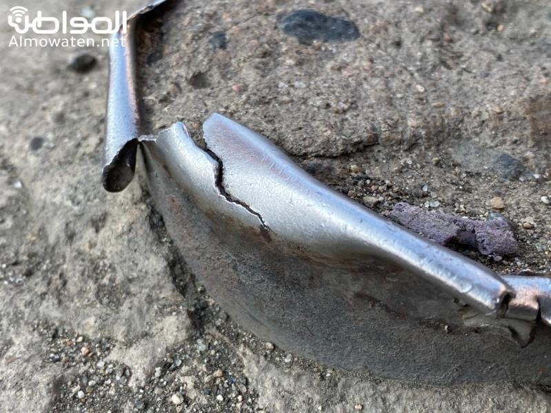 بقايا حواجز فولاذية تتربص بعجلات المركبات بساحة مجمع تجاري بأبها
