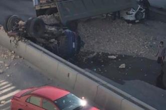 سقوط شاحنة من أعلى كوبري على سيارتين في الرياض - المواطن