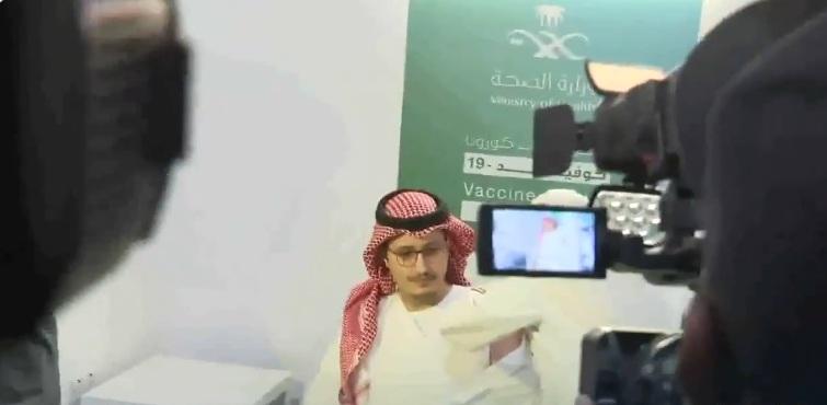 فيديو.. لحظة تلقي نائب أمير الشرقية للجرعة الأولى من لقاح كورونا