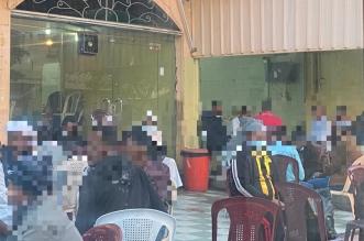 تجمعات العمالة بمقاهي خميس مشيط تتجاهل الإجراءات الاحترازية - المواطن