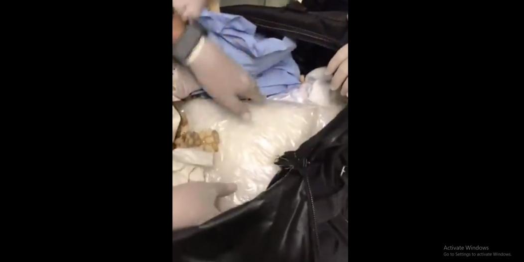 الجمارك تضبط الشبو المخدر داخل حقيبة في مطار الملك خالد