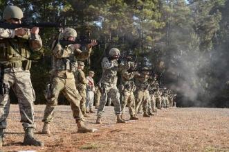 شاهد جنود أقوى جيش في العالم يفرون من راكون صغير !