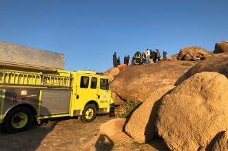 المدني ينقذ طفلًا سقط في تجويف صخري بحائل - المواطن